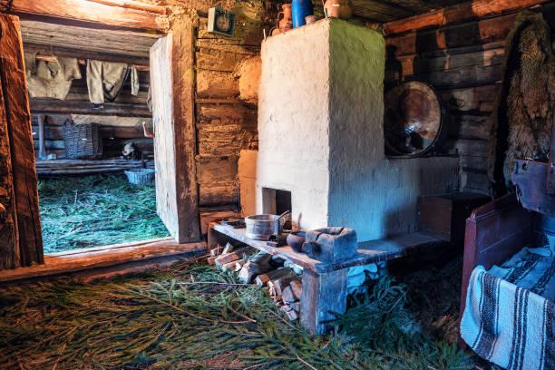altes dorfhaus ukrainisch - landhausstil küche stock-fotos und bilder