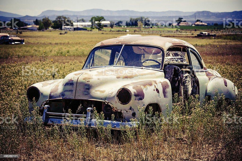 Vinatge verlassenes altes Auto auf Feld Lizenzfreies stock-foto