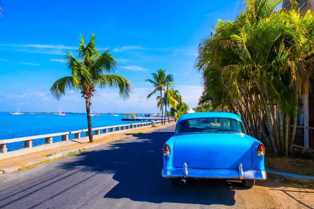 alte vintage blu amerikanisches auto in varadero, kuba - urlaub in kuba stock-fotos und bilder
