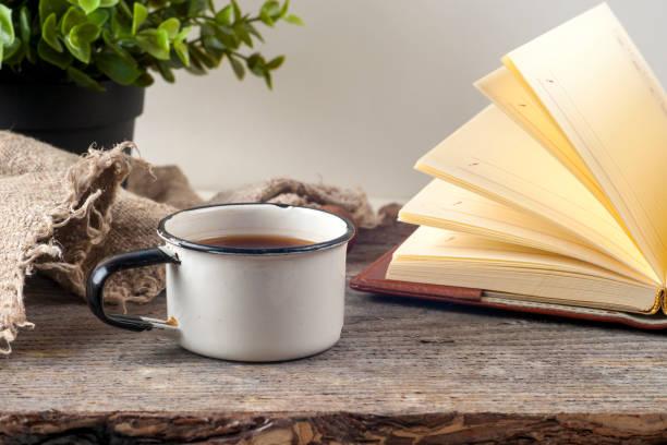Vieux livres vintage, tasse de thé, les gâteaux et les clés sur la table en bois rustique - Photo