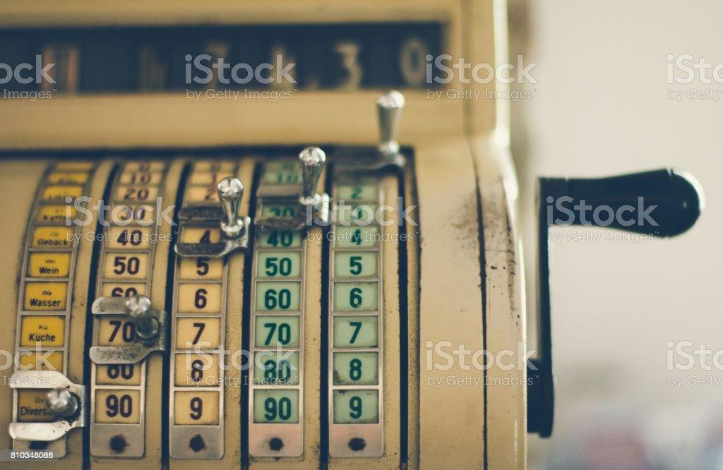 Velha máquina registradora vintage - foto de acervo