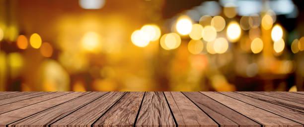 老復古復古棕色木面板桌面與模糊的餐廳酒吧咖啡廳淺色背景顯示, 宣傳和宣傳產品在展會上 - 懷舊色調 個照片及圖片檔