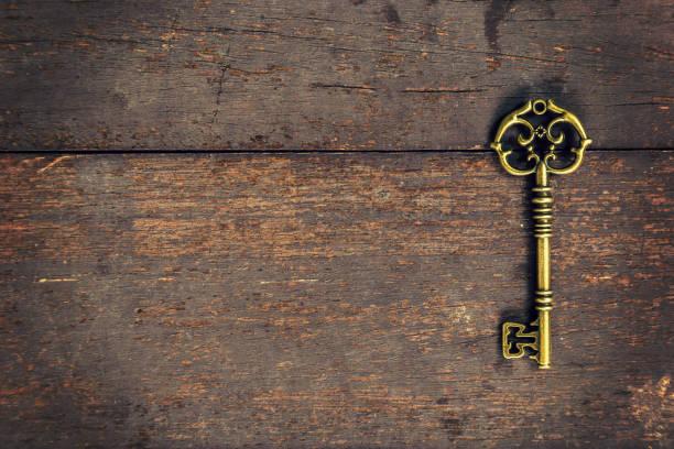 Clave vintage antigua sobre fondo de textura de madera con espacio - foto de stock