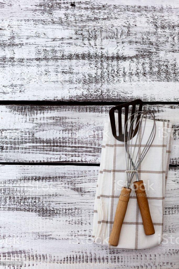 Alte Vintage Kuchenutensilien Baumwollgeschirr Tuch Auf Alten Weissen Holzhintergrund Stockfoto Und Mehr Bilder Von Alt Istock