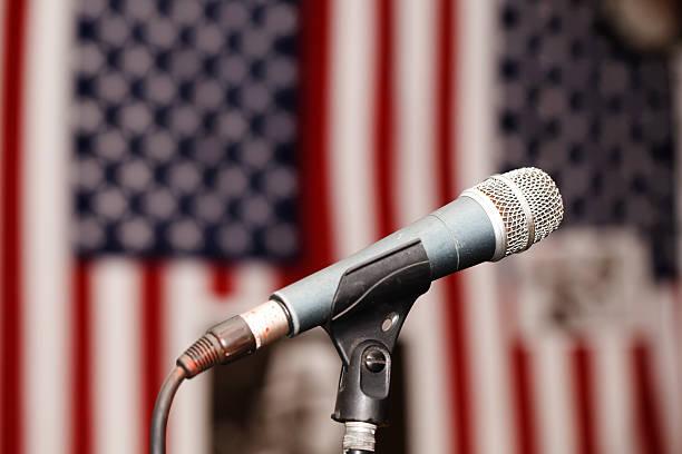 старый ретро микрофон на фоне американского флага - республиканская партия сша стоковые фото и изображения