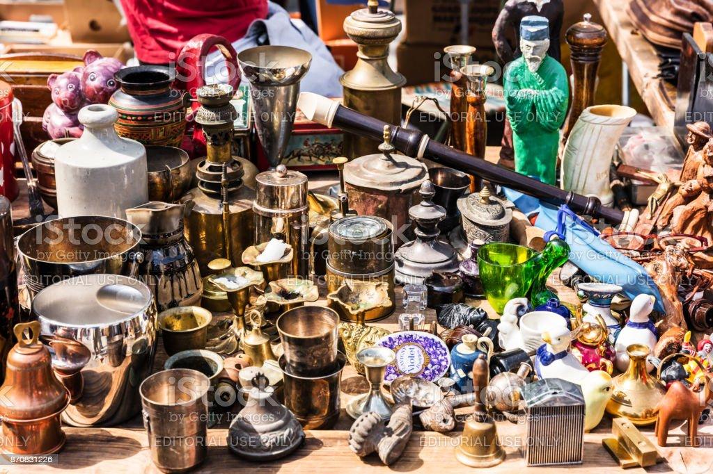 Alte Vintage Objekte Und Möbel Auf Dem Flohmarkt Auf Dem Flohmarkt Aligre  In Paris. Frankreich