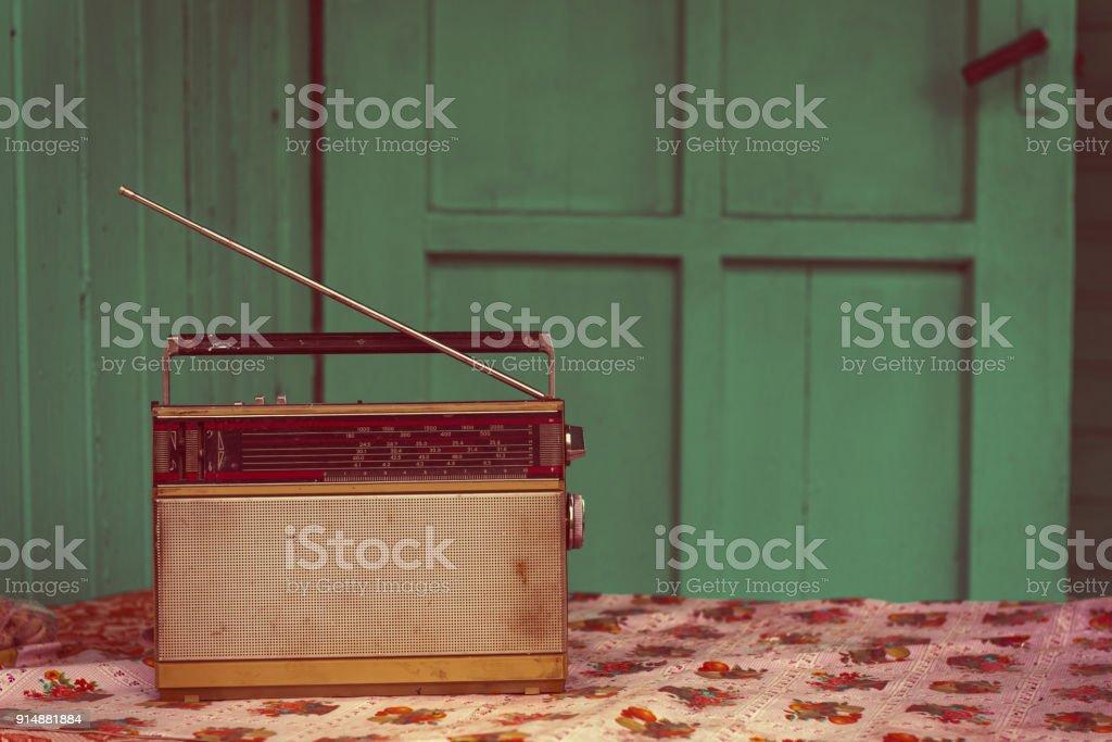 Alte Vintage Radio auf Tisch – Foto