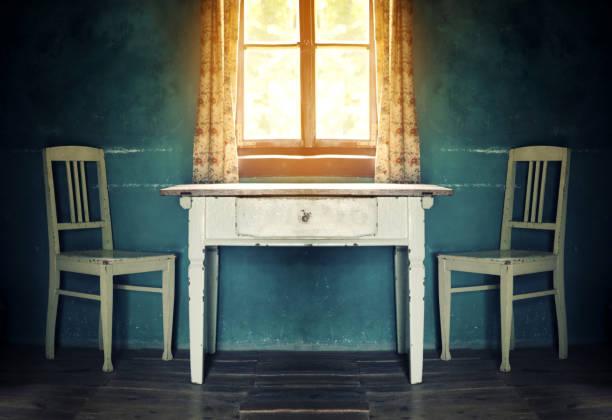 alte vintage zimmer mit tisch und zwei stühlen - landhausstil küche stock-fotos und bilder