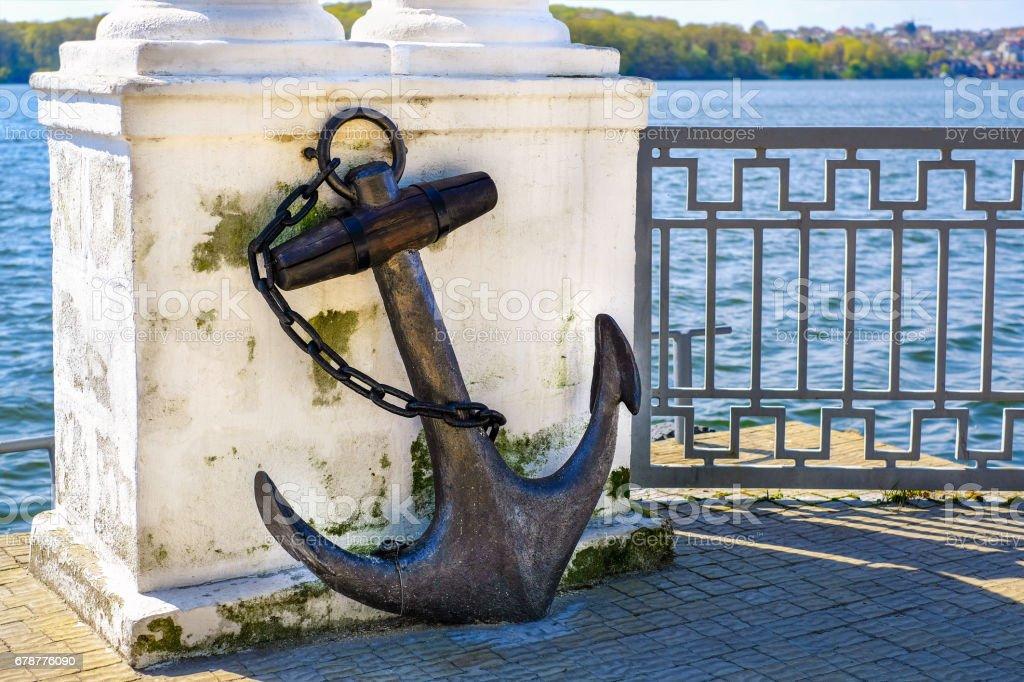 Old vintage ancre rouillée dans le parc près du lac photo libre de droits
