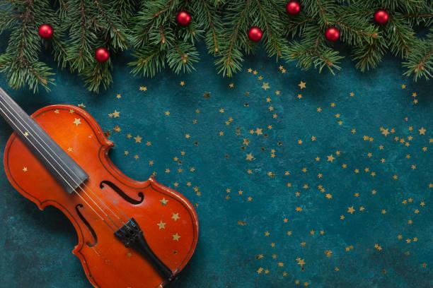 Galhos velhos do violino e da abeto-árvore com brilho da sagacidade da decoração do Natal - foto de acervo