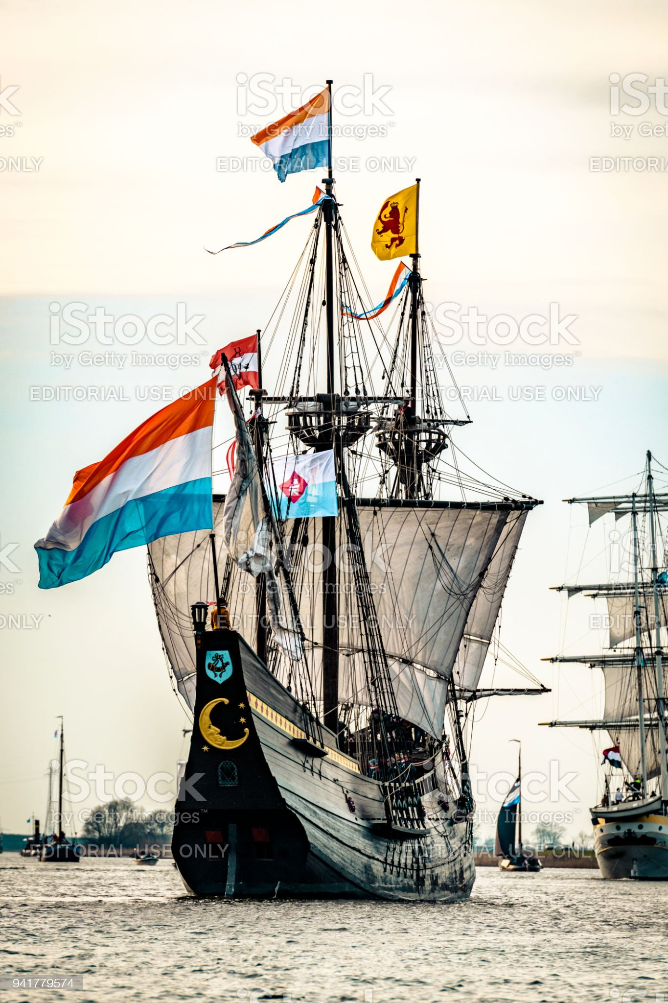 old-voc-sailing-ship-halve-maen-at-the-r