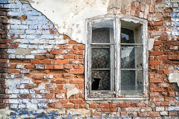 Stare ściany i okna – zdjęcie