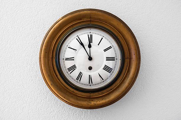 antiguo reloj de pared muestra cinco minutos para 12 personas - wall clock fotografías e imágenes de stock