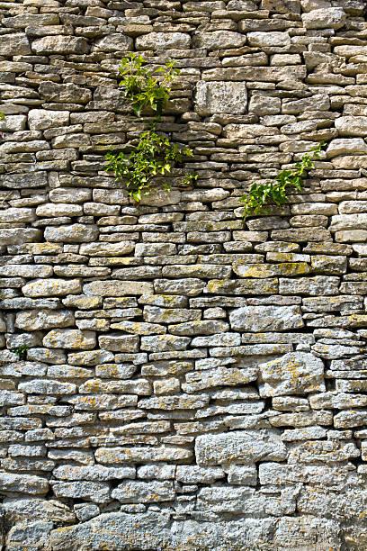 alte mauer - steine für gartenmauer stock-fotos und bilder