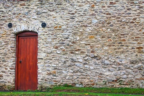 alten mauer mit einem neuen tür - steine für gartenmauer stock-fotos und bilder