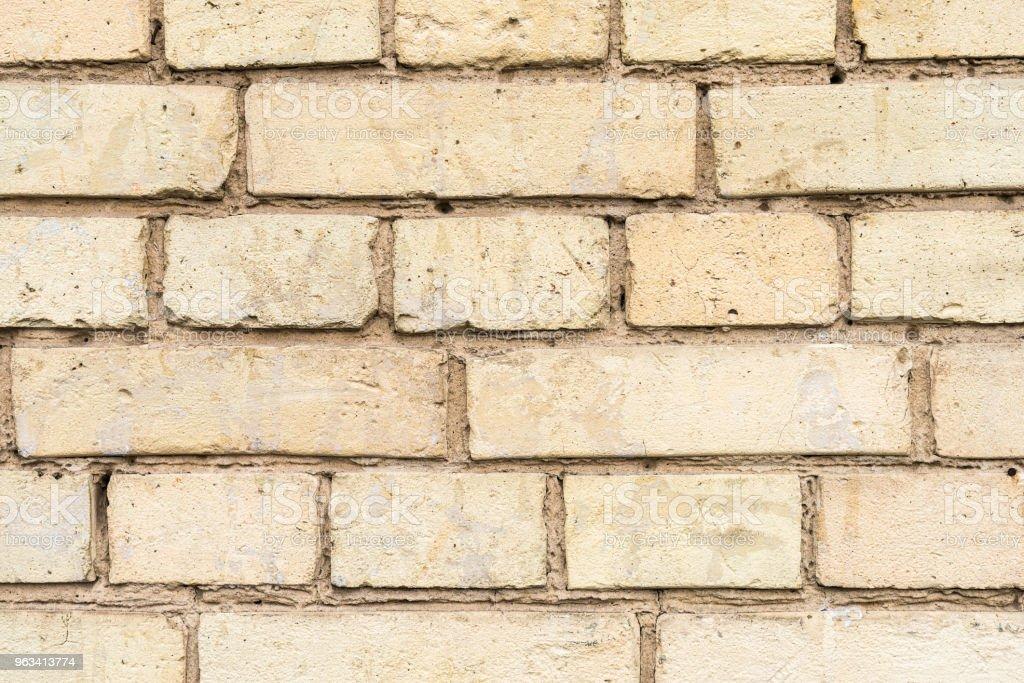Old wall with broken bricks background - Zbiór zdjęć royalty-free (Architektura)