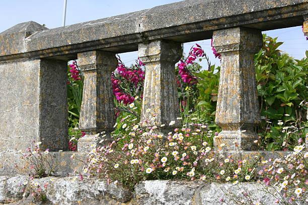 alte wand mit blumen - steine für gartenmauer stock-fotos und bilder
