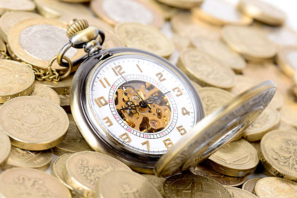 Alte Sie sich auf einem Haufen von Münzen – Foto