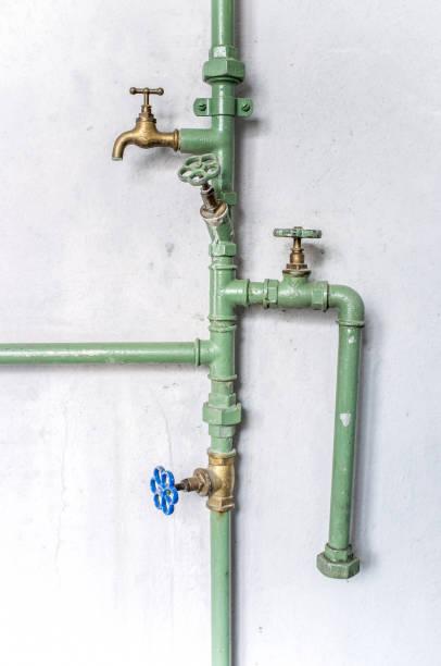 alte wasserleitungen rohr industrielle wand sanitär - kabelkanal weiß stock-fotos und bilder