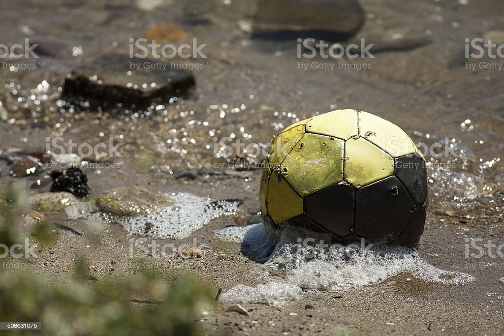 Old Waterlogged Soccer Ball – Foto