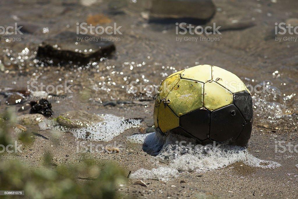 Old Waterlogged bola de futebol - foto de acervo