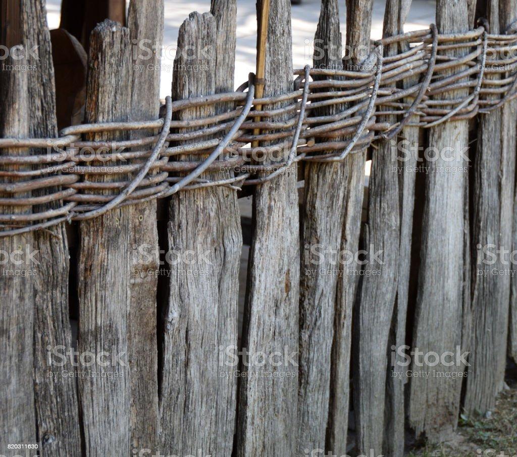Faire Une Palissade Avec Des Branches photo libre de droit de vieille clôture de clayonnage fait