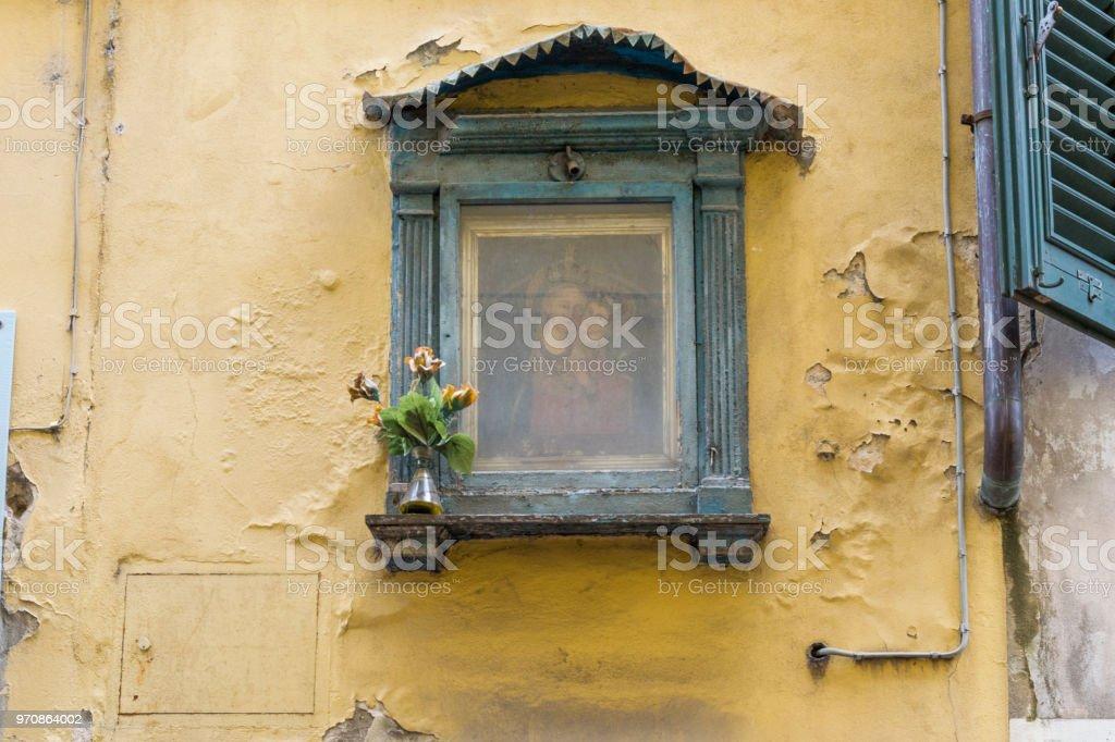 alten verwitterten Heiligen Bild an eine Hauswand – Foto