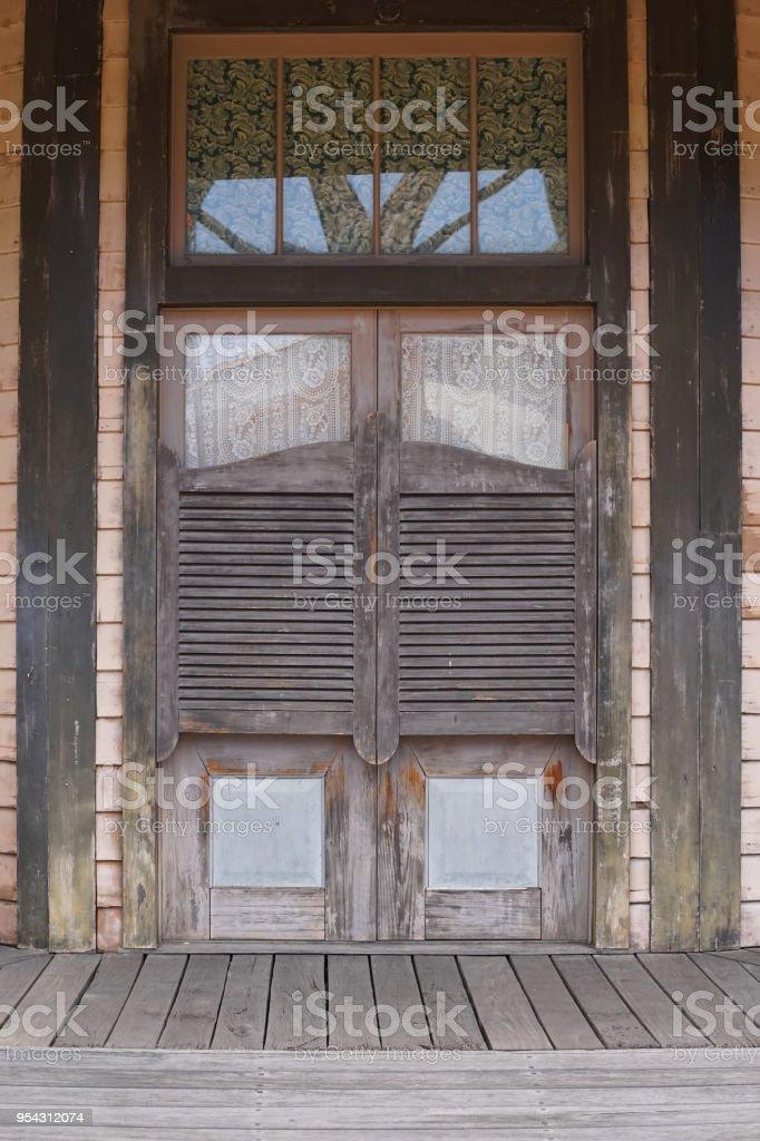Photo de stock de old western saloon des portes battantes style de cowboy far west se balan ant - Porte de saloon ...