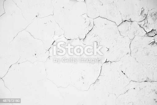 istock Old white crack concrete wall 487973180