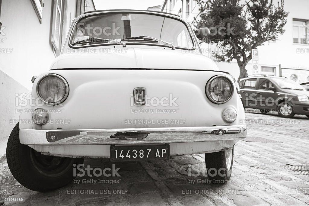 Vecchio bianco Fiat 500 L città auto, monocromatico - foto stock