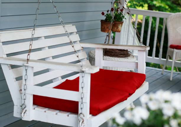 alte weiße veranda-schaukel - stuhlpolster stock-fotos und bilder