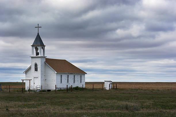 alten weiß holz-kirche im ländlichen bereich-szene mit sturm - kirchturmspitze stock-fotos und bilder