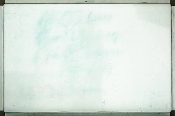 Velho quadro branco do escritório com traços de manchas e pontos - foto de acervo