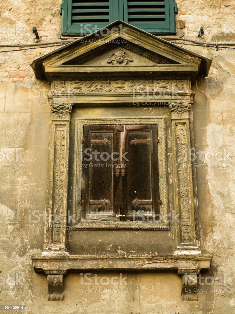 Oude venster en houten luiken in Italiaanse straat - Royalty-free Antiek - Ouderwets Stockfoto