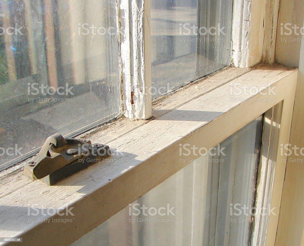 Vieille Fenêtre à guillotine avec serrure à fermoir en métal photo libre de droits