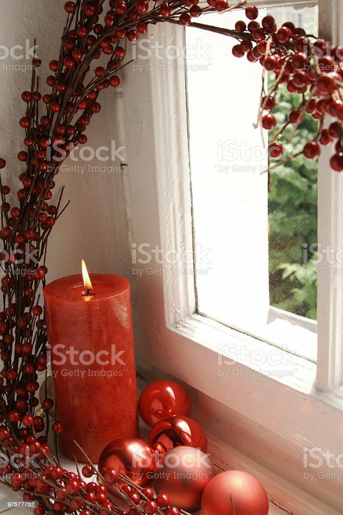 Alte Fenster mit Weihnachtsdekoration - Lizenzfrei Christbaumkugel Stock-Foto