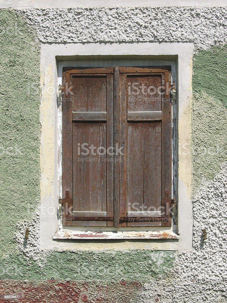Vecchia finestra con persiane chiuse foto stock royalty-free