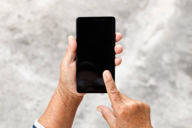 yaşlı kadın ve smartphone stok fotoğrafı