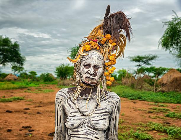 alte frau vom african tribe muscat grape - senior bilder wasser stock-fotos und bilder