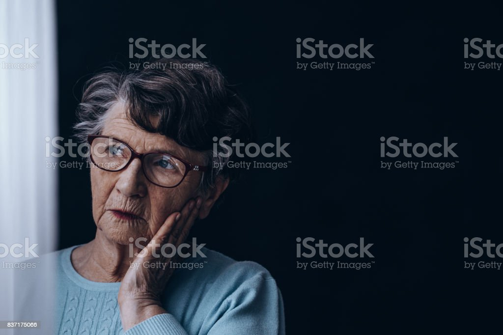 어두운 방에서 늙은 여자 - 로열티 프리 걱정하는 스톡 사진