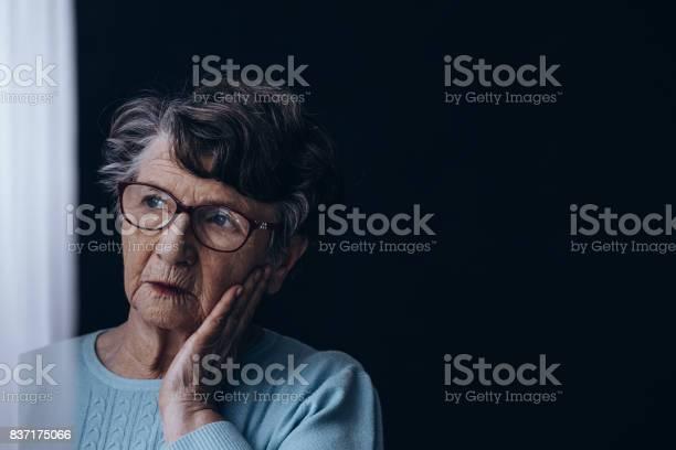어두운 방에서 늙은 여자 걱정하는에 대한 스톡 사진 및 기타 이미지