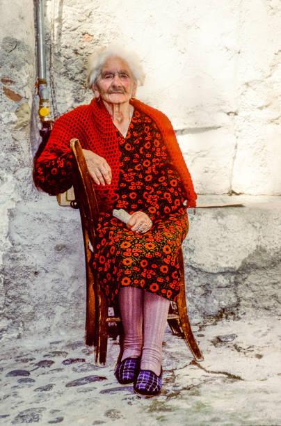 alte frau in positano sitzt vor ihrem haus - typisch 90er stock-fotos und bilder
