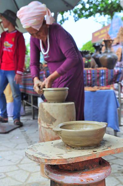 alte frau ist der durchführung der keramik zierleisten und techniken - pilze bestimmen stock-fotos und bilder