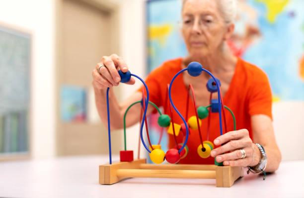 Alte Frau machen Übung, warum sie Alzheimer-Krankheit geschützt ist – Foto