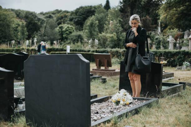 oude vrouw haar echtgenoot rouw - funeral crying stockfoto's en -beelden