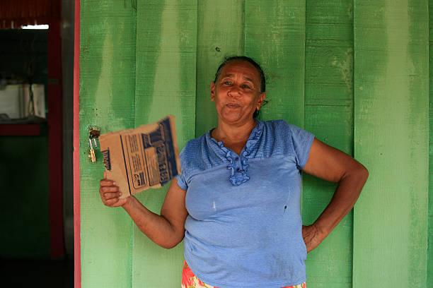 mujer fuera de su casa, de la isla saona, república dominicana - mujeres dominicanas fotografías e imágenes de stock