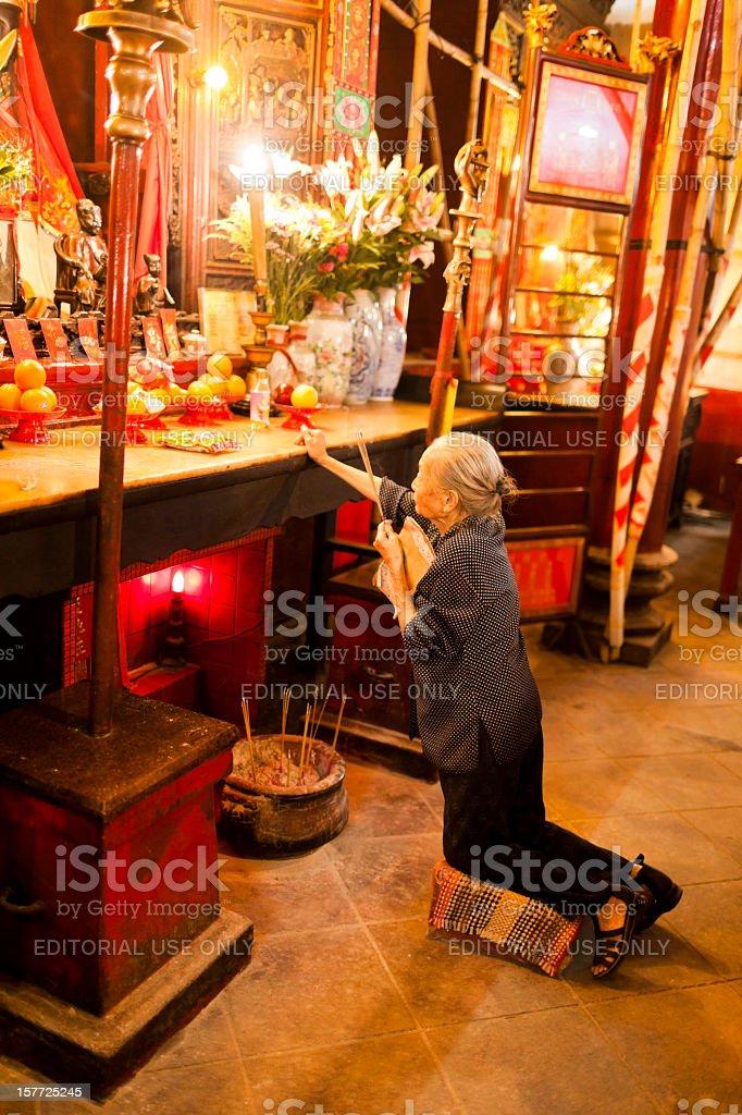Antigo Templo taoísta de mulher Reza em - foto de acervo