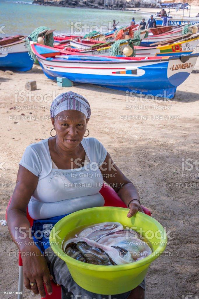 Mujer vendiendo pescado en Tarrafal - foto de stock