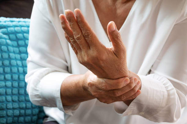gammal kvinna lider av smärta i handleden hand, problemet hälsokoncept - kronisk sjukdom bildbanksfoton och bilder