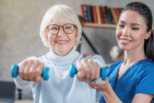 집에서 아령을 사용하여 물리 치료사와 노인 훈련 - physical therapy 뉴스 사진 이미지